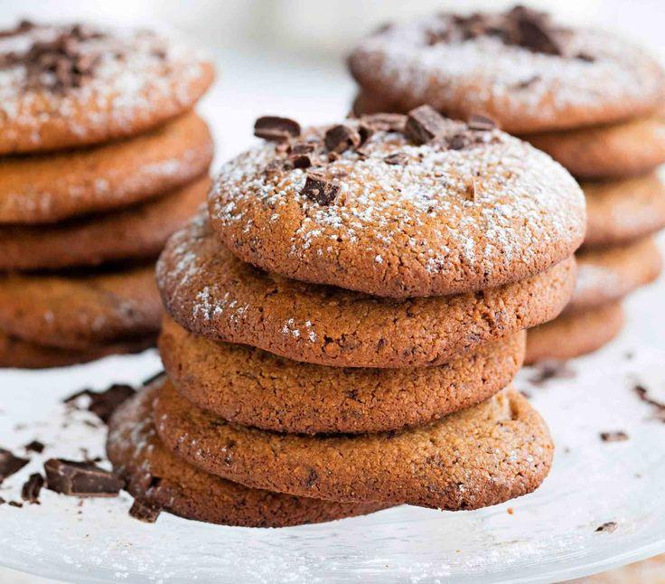 Kaurajauhoista leivotut suklaakaurakeksit ovat ihanan mureita. Nappaa helppo resepti.