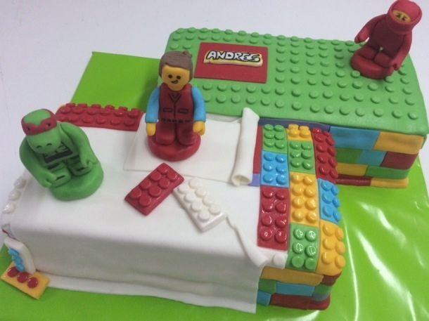 """Torta para Niños """"Lego con Emmet"""" de Pastelería dCondorelli - www.dcondorelli.cl - Santiago, Chile"""
