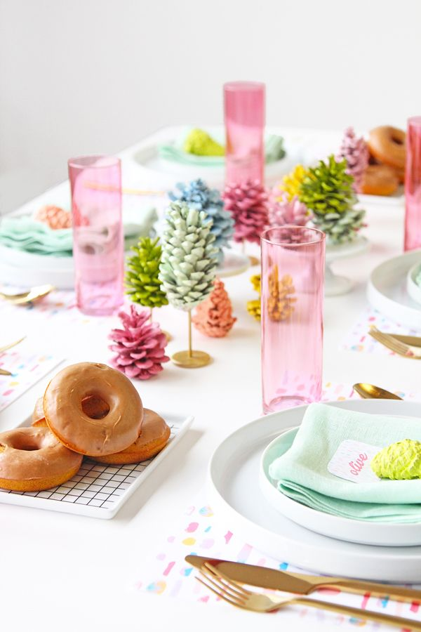 Pigne colorate sulla tavola invernale