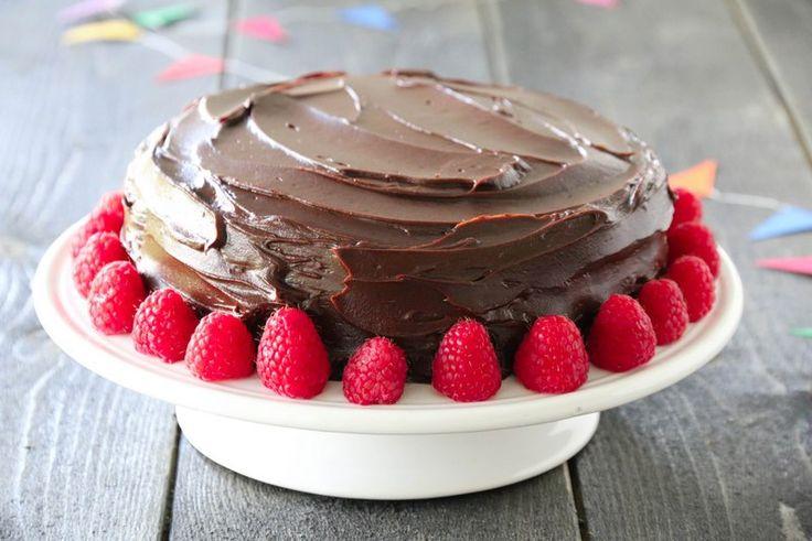 Devils food cake er en amerikansk klassiker, en høy, imponerende og saftig sjokoladekake. Tradisjonelt lages den uten dekor, men jeg synes det smaker godt med friske bringebær til en såpass mørk og…