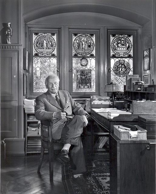 Carl Jung, colaborador (o alumno) de S. Froid en sus comienzos, fue un médico psiquiatra, psicólogo y ensayista suizo, figura clave en la etapa inicial del psicoanálisis; posteriormente, fundador de la escuela de psicología analítica. Su abordaje teórico y clínico enfatizó la conexión funcional entre la estructura de la psique y la de sus productos. Esto le impulsó a incorporar en su metodología nociones de antropología, alquimia, sueños, arte, mitología, religión y de la filosofía.