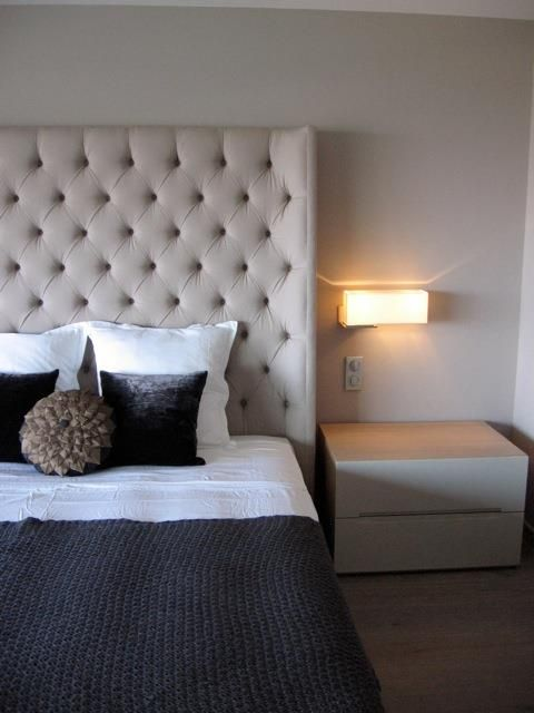 bedroom with a white leather headboard chambre moderne avec une t te de lit blanche en cuir. Black Bedroom Furniture Sets. Home Design Ideas