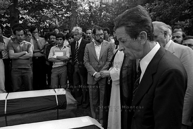 Roma 17 Giugno 1982 . Hussein #Kamal, dirigente dell'Olp in Italia, viene ucciso a Roma. A poche ore di distanza viene ucciso un altro #palestinese Nazeyk #Matar. Il Giorno dei funerali con il corteo funebre aperto con i ritratti degli uccisi.Enrico #Berlinguer segretario del Partito #Comunista italiano partecipa al funerale.