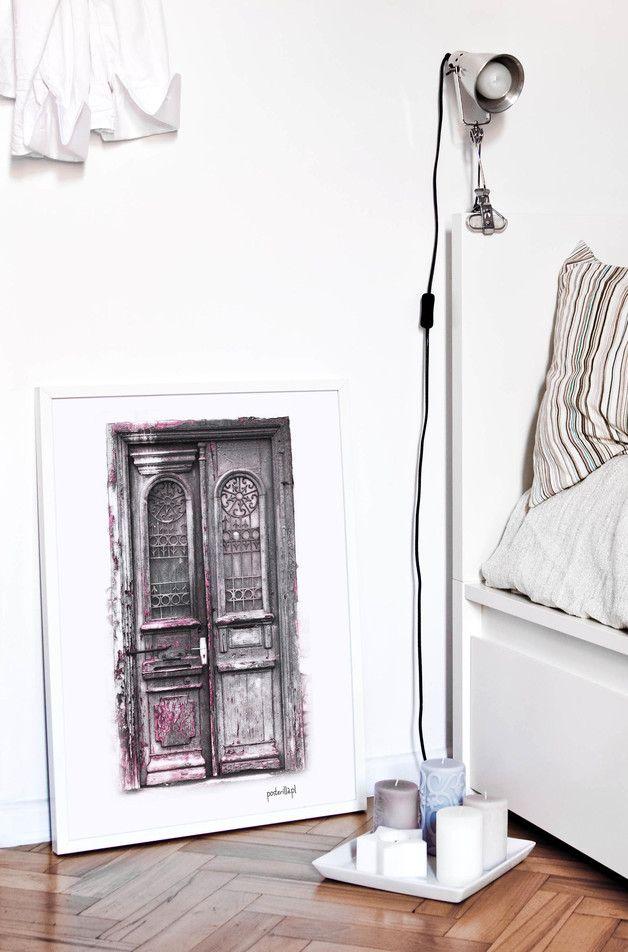 Plakat z grafiką: Różowe drzwi z Tbilisi - posterilla - Dekoracje ścienne
