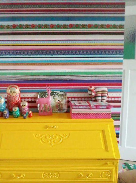 Behang van Studio Ditte gecombineerd met een vrolijk gele lak.