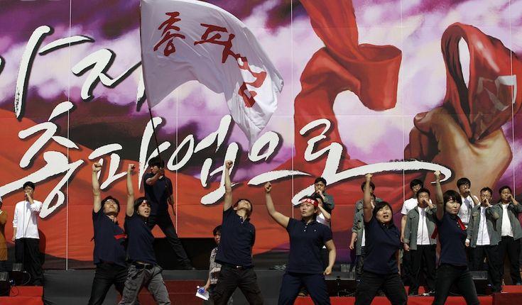Seul, Corea del Sud    Ballerini si esibiscono durante la marcia del Primo Maggio, in cui decine di migliaia di lavoratori hanno chiesto modifiche alla legge del lavoro, l'abolizione del lavoro a tempo determinato e la fine dell'importazione della carne di bovino statunitense, per paura della mucca pazza. (AP Photo/Lee Jin-man)