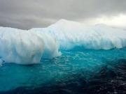 남극_빙하  하얀 얼음과 대조되는 푸른 바다.  남극에는 이 두가지 색밖에 없을 것이다. 사진으로만 봐도 뭔가뭐를 위압감이 느껴진다.