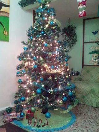 arbol de navidad decorado en turquesa y verde limn
