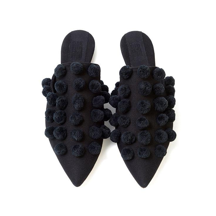Black pompon sabot.