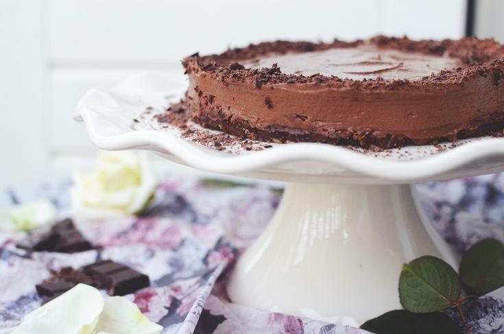 Raakasuklaa tekee tästä ihanan täyteläisestä, suklaahimot tyydyttävästä sekä suklaata ylistävästä suklaamoussekakusta vielä astetta juhlavamman.