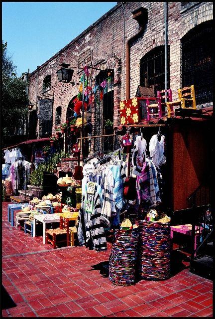 Artesanías ofreciéndose en Olvera Street, uno de los sitios de #LosAngeles con ambiente colonial, que mantiene muchas tradiciones hispánicas.