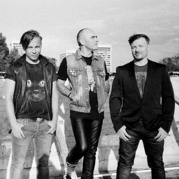В сети состоялась премьера англоязычной версии трека Скорость российской поп-рок группы Мумий Тролль. Песня Speed будет включена в англоязычный альбом Malibu Alibi дата выхода которого остается неизвестной.   Интересно что премьера композиции состоялась на страницах культового англоязычного журнала Clash.   http://ift.tt/1HpA3D3  Оригинальная версия песни вошла в дебютный студийный альбом музыкантов Морская который вышел в 1997 году. - http://ift.tt/1HQJd81