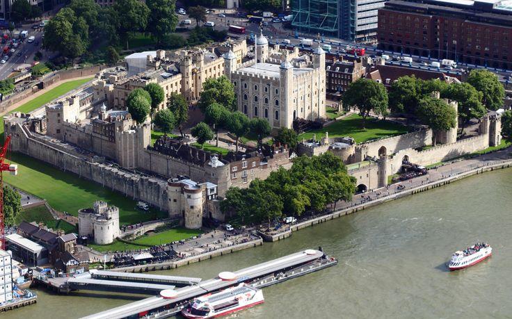 Белая Башня, Лондонский Тауэр Боро Тауэр-Хэмлетс, Лондон, Англия   Королевский дворец Ее Величества и крепость, известная как Лондонский Тауэр, является старинный замок, расположенный на северном берегу реки Темзы в Центральном Лондоне. Он отделен от восточного края квадратной миле лондонского Сити на Тауэр-Хилл. Он был основан в конце 1066 как часть Нормандского завоевания Англии.   Замок использовался в качестве тюрьмы от 1100 (Райнульфа Flambard) до 1952 года (