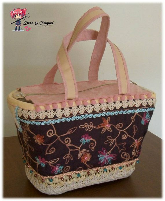 Basket in straw handmade, decorated with various fabrics. Applications of crochet and leather. Central locking zip. Interior lined basket with cotton fabric and pockets.  Approximate dimensions: 40 x 18 x 25 cm / base of the basket 30 x 17 cm