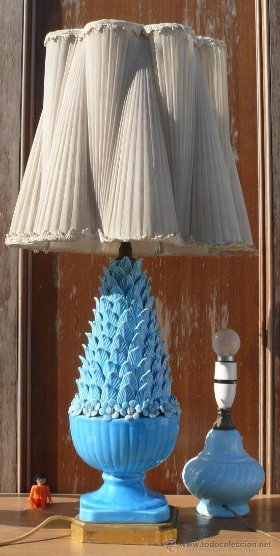 Lampara antigua vintage ceramica azul manises sobre madera - Lamparas de madera para pintar ...