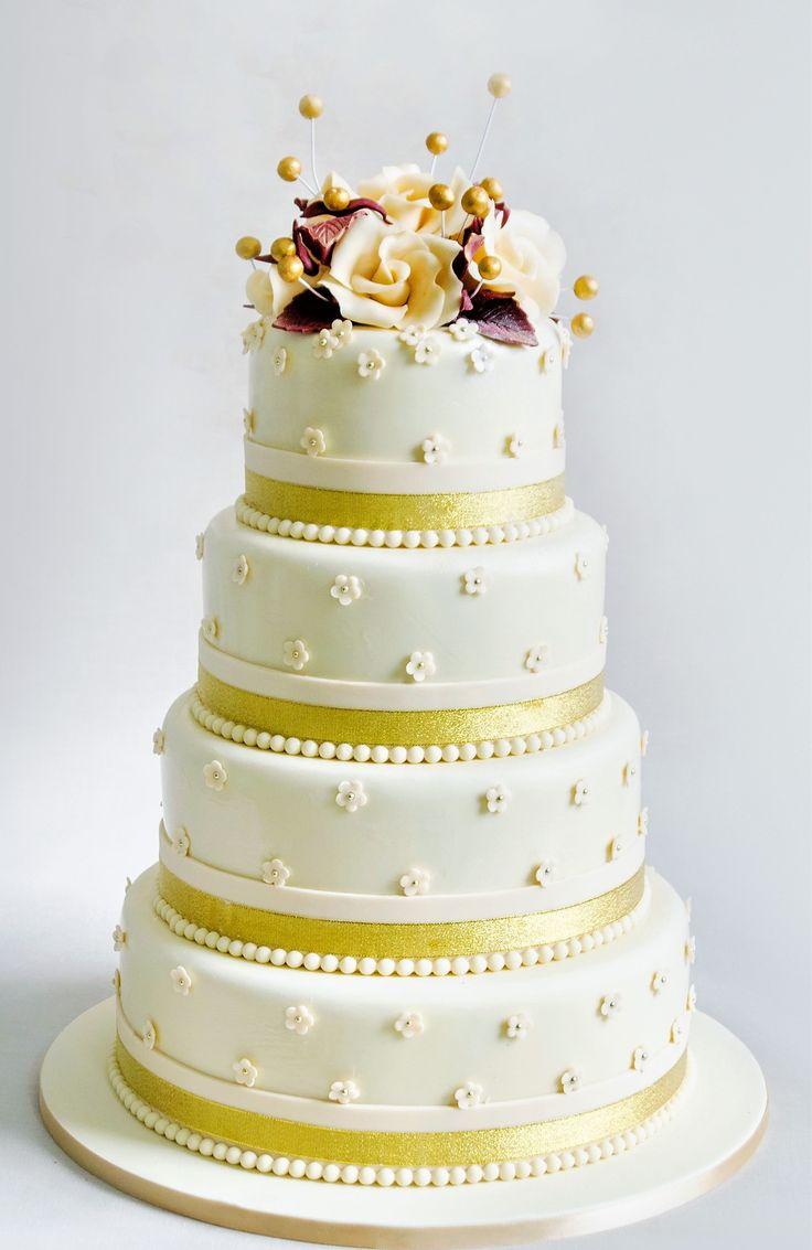 Ne plac torturile de nunta simple, elegante si rafinate, asa cum este si acest model decorat cu floricele mici si detalii aurii ce dau o nota de eleganta si rafinament.