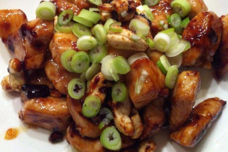 Een heerlijk receptje van culinair journaliste Mieke van Laarhoven, dat we op Facebook lazen en uiteraard niet konden weer staan. Op het menu: kip-karamel met cashewnoten! Verhit 3 el olie met gehakte knoflook, de vissaus, oestersaus en rietsuiker plus een snuf peper in een koekenpan. Inkoken tot het redelijk stroperig is. De kipblokjes erdoor scheppen …