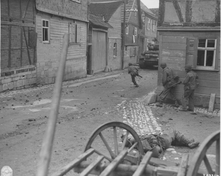 Бои в Западной Германии. Американские солдаты, лишившись одного бойца, пытаются пересечь улицу.