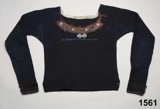 Spedetröja i ull, kantad med sidenband och sammetsband. Oxie, 1825-40. Nordiska Museet, nr. NM.0001561