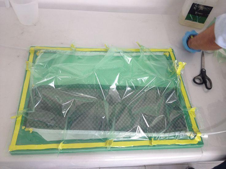 Montaje de la bolsa de vacío sobre el molde. Para mayor información, visita: www.carbonlabstore.com