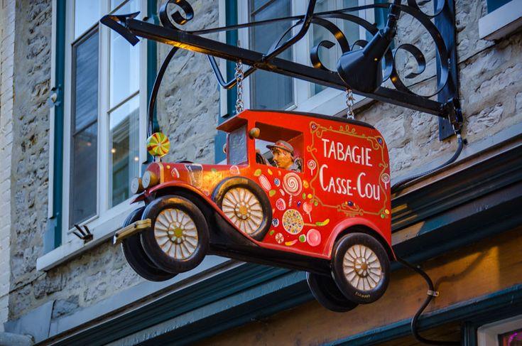 L'enseigne de la tabagie Casse-Cou, rue Sous-le-Fort, Québec, Canada