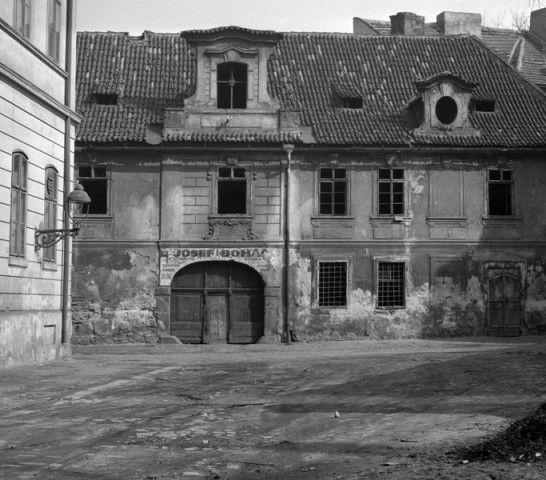 Starý prázdný dům (2094-5) • Praha, červen 1963 • | černobílá fotografie, z Františku a Řásnovky, opuštěný dům |•|black and white photograph, Prague|