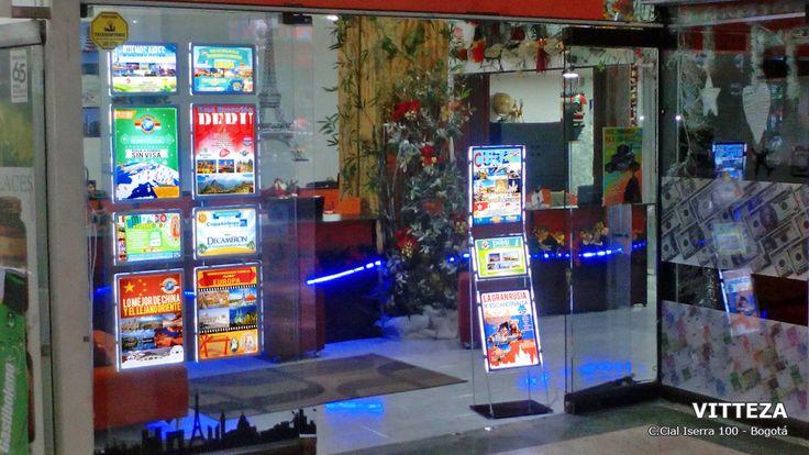 La Agencia de viaje Vitteza en el centro comercial Iserra 100 en Bogotá es muy inovadora para vender más instaló los avisos LED portátiles de Vitrine Media.