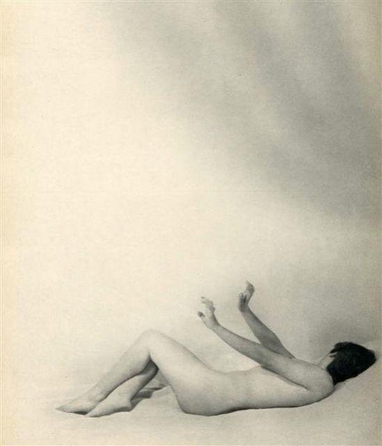 Laure Albin Guillot – Les remords , Douze Chansons de Bilitis.Pierre Louÿs's erotic classic, illustrated by Albin-Guillot's delicate nudes Paris, J. Dumoulin, 1937.