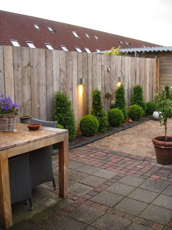 25 beste idee n over tuinomheining op pinterest privacyschermen tuin privacy en hekwerk - Bank terras hout ...