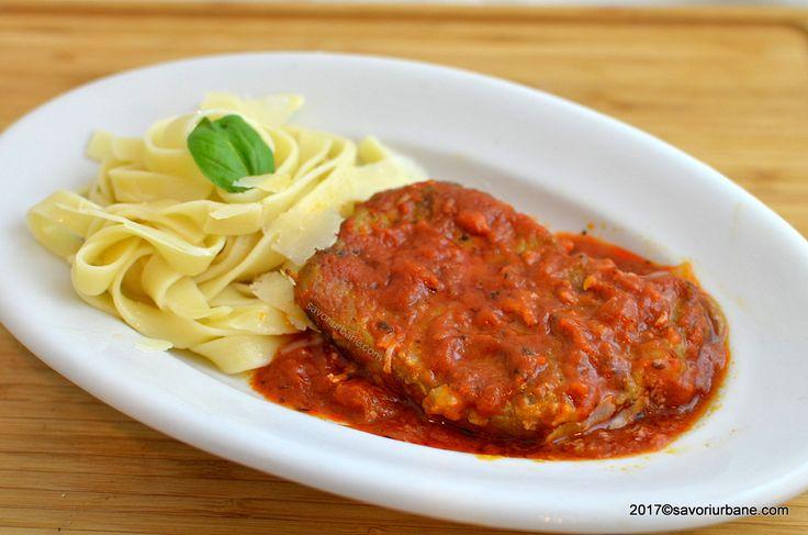 Cotlet de porc cu sos de rosii, vin si usturoi. O reteta simpla de cotlete fragede si suculente, prajite la tigaie si apoi imbaiate in sos tomat cu ierburi