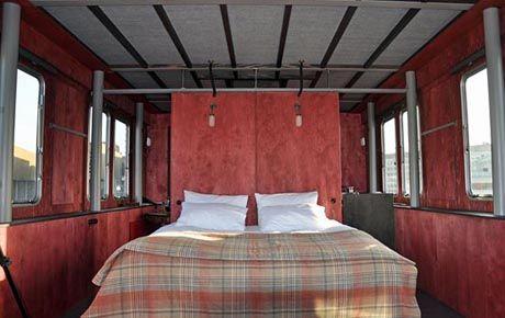 EDEBİYAT OTELLERİ - THE BOAT ROI DES BELGES – LONDRA, INGILTERE Londra'da bir oda konseptiyle yola çıkan Roi Des Belges, Joseph Conrad'in 'karanlığın yüreği' romanından esinlenerek yapılmış. İki kişinin konaklayabildiği, bir çatının üzerine inşa edilen otel, Conrad'in Kongo'da kullandığı buharlı gemiden ilham almıştır. Londra'ya farklı bir noktadan bakmak isteyenler için ilginç bir konaklama imkânı sunmaktadır. -