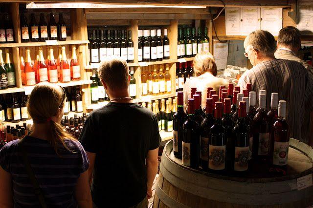 Viini- & Puutarhatila Pihamaan puodista löytyy mm. taatusti tuoreita vihanneksia, Vääksyn pienmyllyn jauhoja, tuoretta maalaisleipää sekä Pihamaan omia viinejä, siidereitä ja liköörejä. #asikkala #finland