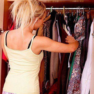 Секреты правильного сочетания предметов гардероба:  1. Юбка карандаш + облегающая блузка  2. Маленькое чёрное платье + туфли с закрытыми пальцами + клатч + перчатки  3. Ботильоны + брюки-галифе + свободный кардиган  4. Боди гольф + кожаная жилетка  5. Строгая жилетка + брюки + белая блуза  6. Расстёгнутая толстовка на молнии + платье + шарфик  7. Шорты + толстовка  8. Романтическая блузка + бордовые джинсы  9. Юбка-карандаш + блузка + куртка-жакет + клатч с шипами  10. Романтичная блузка…