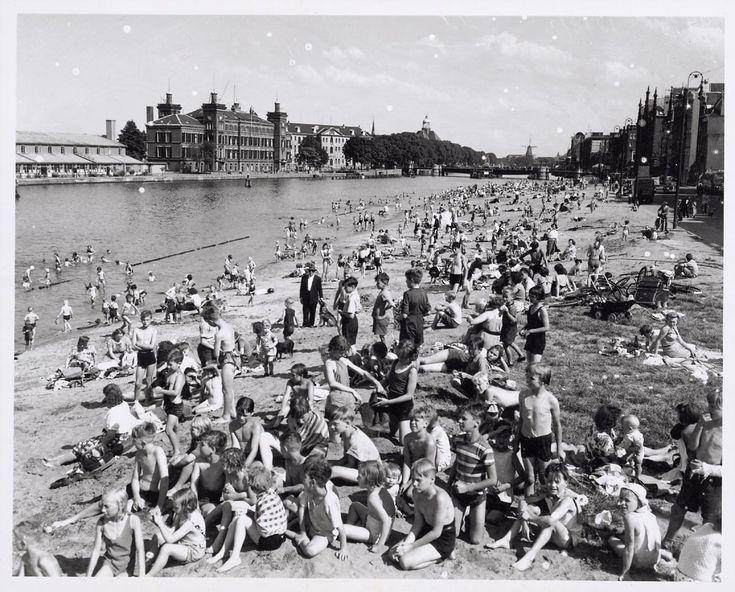 1951 - City Beach Amsterdam - Holland Zomerstrand aan de Prins Hendrikkade.