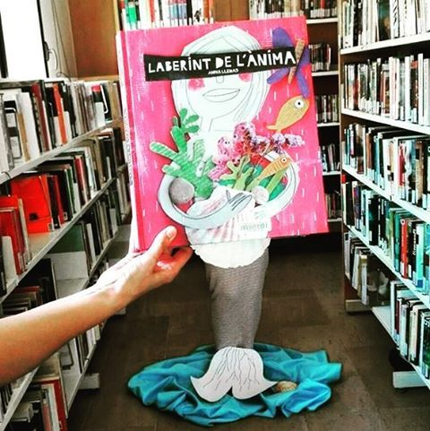 """""""Et presentem un #bookfacefriday ple d'emocions: - Quants laberints hi ha a la vida?  """" #lectura #cuentos #infantil #sirena"""