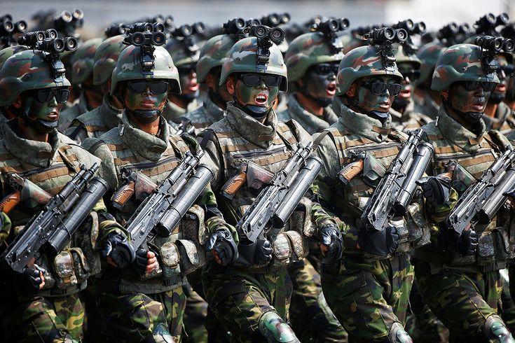 """Pionyang ha lanzado una nueva unidad en sus Fuerzas Armadas, las tropas tácticas especiales, las cuales se muestran preparadas para """"clavar una espada en el corazón del enemigo"""". Armados con nuevos lanzadores de granadas tipo fusil y equipados con dispositivos de visión nocturna, gafas de sol oscuras y cascos, las tropas especiales norcoreanas están dispuestas a darlo todo por su patria. Su objetivo inmediato parece ser plantar cara a EE.UU. y Corea del Sur, afirman los expertos."""