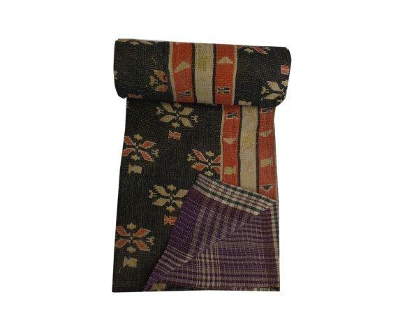 Couette Patchwork Vintage fait main Kantha jet Sari  Ce est fait à la main un du genre tapis Vintage Kantha chacun deux est unique et a des couleurs et motifs différents sur chaque côté sa fait avec sari 100 % coton & ses 30 à 50 ans & son recueillis en Rajasthan barmer village rural, jaislmer son situé dans aria de frontière de l'Inde et le Pakistan Il peut être utilisé comme un jet, tapis, couverture  taille - 56 pouces par 80 pouces lavage entretien - lavable en machine facile  Not...