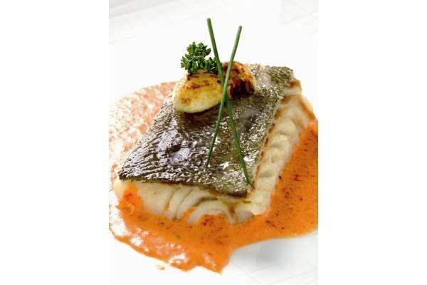 Descubre esta deliciosa receta de bacalao confitado con crema de verduras asadas. Un plato riquísimo que seguro que te encanta.