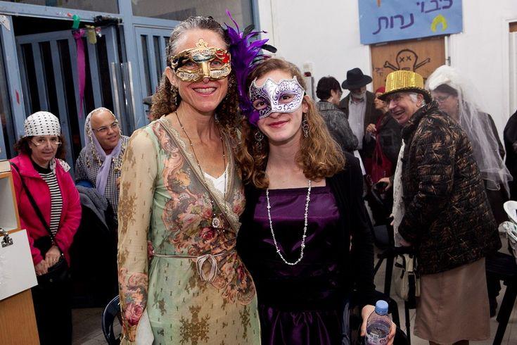 Wenn man das Purim-Fest betrachtet, kommt es manchen sehr komisch vor: kaum Gebete, das Wein-Trinken bis zum Umfallen, das Verkleiden, als ob es ein Karneval wäre.   #Ahasveros #Audiatur-Online #Buch Ester #Chanukka #Elischa (Prophet) #Esther Rolle #Fastnacht und Fasching #Feiertage #G'tt #Halacha #Haman #Juden #Judenfeindlichkeit #Judentum #Jüdische Rundschau #Karneval #Kohanim #König #Mordechai #Priester #Purim #Rabbi #Rabbiner #Rache #Ramadan #Schulchan Aruch #Shlom