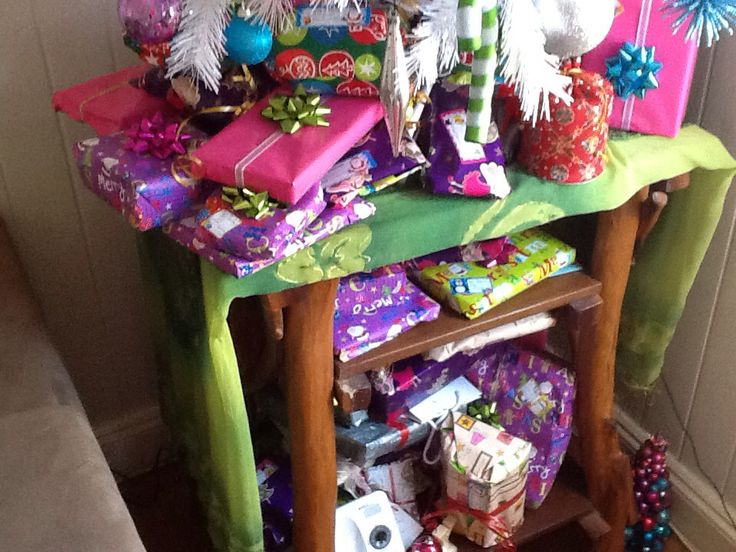 OMG!!! Look at the overload of presents!!! This sight makes me all happy and bubbly inside!!