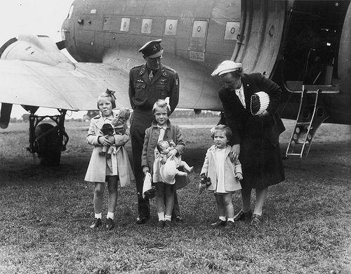 https://flic.kr/p/7NKHgB | 08-02-1945_01945 Koninklijke familie | Aankomst prinses Juliana en de prinsesjes op vliegveld Teuge, 2 augustus 1945 Foto Ben van Meerendonk / AHF, collectie IISG, Amsterdam
