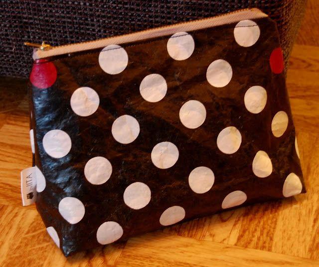 Muovipussien silitys leivinpaperin kanssa. Muovipussit joissa PE-HD 02, PE-LD 04 merkinnät kelpaavat silitykseen. Kahden pisteen silitys