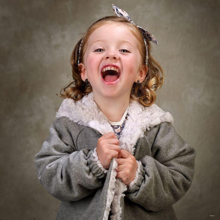 ¡Qué bien nos lo pasamos en la sesión! Abrigo de niña de franela gris en el exterior y pelo gris perla en el interior, con capucha y bolsillos #kids #corazondeleonkids #AW15-16 #moda #madeinSpain #franela #gris #capucha #pelo