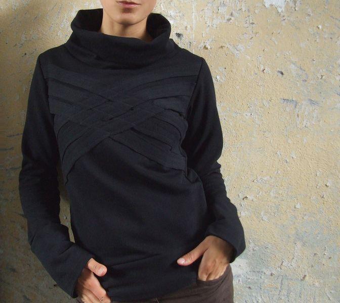 schwarzer pullover aus 100%baumwollsweat (innen angerauht) mit breitem kragen und aufwendig verziertem vorderteil.  kuschelig warm und leger im s...