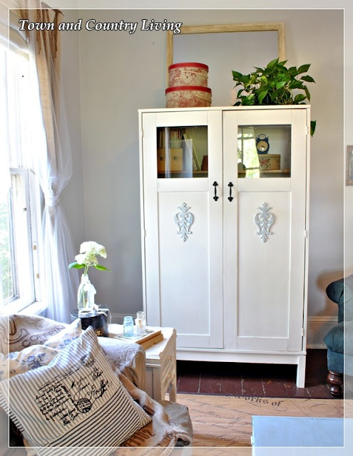 Pretty painted Ikea cabinet transformation with Chalk Paint™ paint for furniture. Town and Country Living: Ikea Cabinet Meets Annie Sloan: Paintings Furniture, Cabinets Transformers, Paintings Cabinets, Country Living, Town And Country, Annie Sloan, Ikea Cabinets, Cabinets Meeting, Meeting Annie