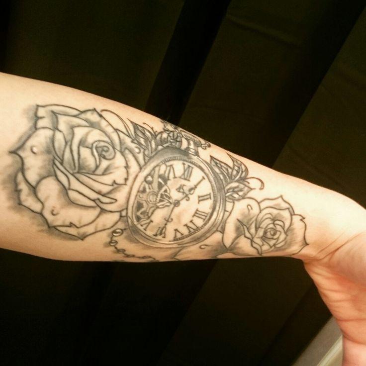 tatouage montre avec des roses  représentant la famille 😊