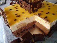 Torta de Chocolate com Maracujá – Uma excelente combinação para a sobremesa de páscoa. Vamos precisar de 1 forma quadrada de 28cm. Colocar um plástico no f