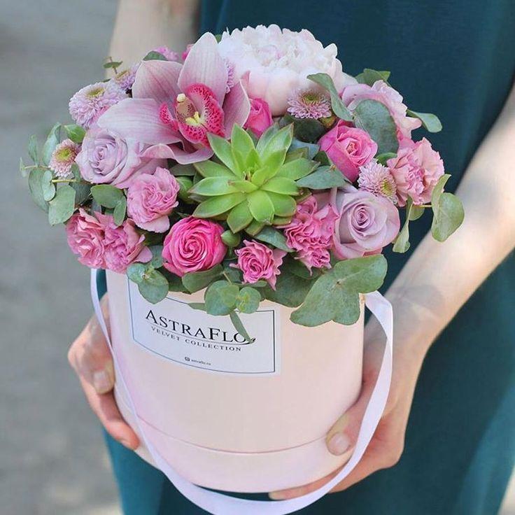 «ПОЛНАЯ ЧАША» 3000р  Отличное пожелание «чтоб всё было». В шляпной коробочке собраны цветы, которые символизируют изобилие, богатство, дружбу, нежность, любовь.  Роза 3 Роза кустовая 2 Гвоздика кустовая 3 Пион 1 Хризантема кустовая 2 Орхидея 1 Секкулент 1 Эвкалипт 1 Фирменная шляпа коробка 1