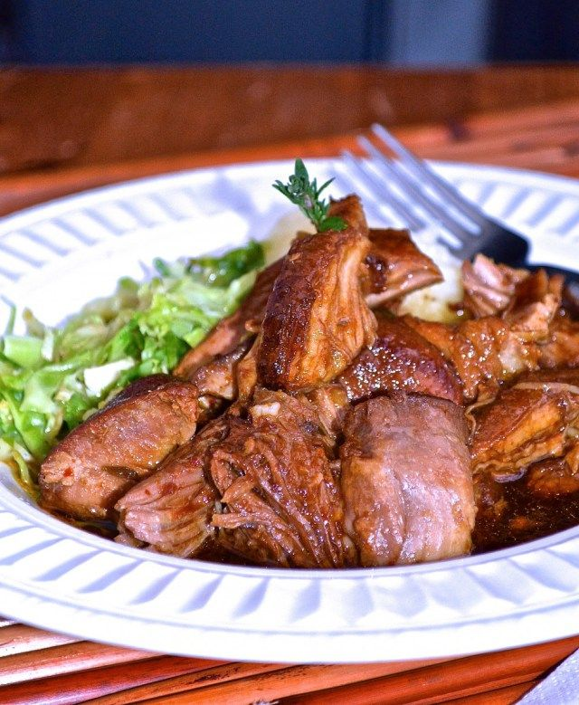 Épaule de porc braisée à la bière brune | braised prok shoulder in a dark beer sauce... this recipe and much more on www.catherinecuisine.com