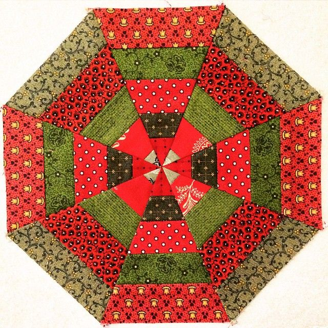 Another strip project  Good start for a x-mas tree skirt                ~> applique on top